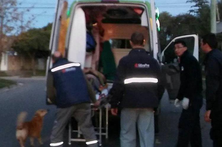 El amo de Tony fue trasladado a un centro asistencial en Buenos Aires, Argentina. (Foto Prensa Libre: Facebook Defensa Civil Bahía Blanca)