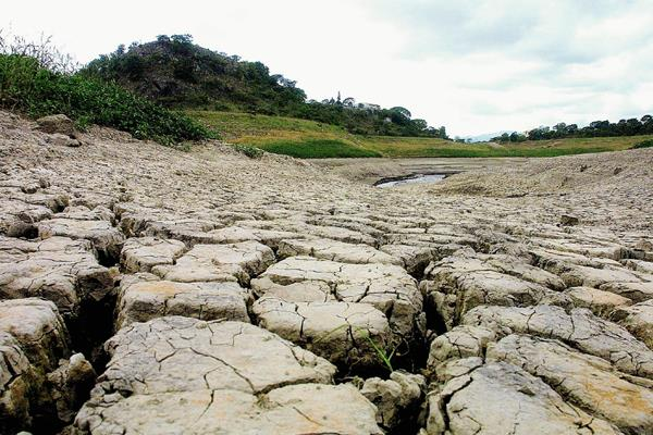 Evidente crisis de la represa Los Laureles en Honduras. (Foto Prensa Libre: AFP).