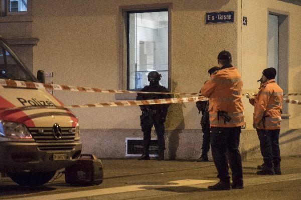 La policía refuerza la seguridad en el área de centro religioso musulmán, en Zurich. (AP).