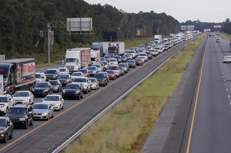 Cientos de personas evacuan la ciudad de Lake Park en Atlanta, Georgia, previo a la llegada del huracán.