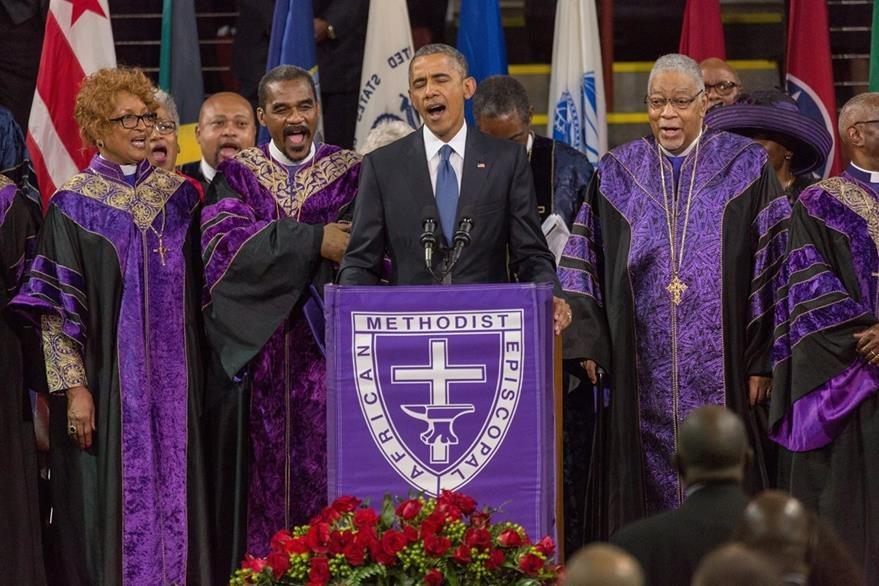 Obama entonó el canto Amazing Grace, un himno cristiano muy popular en  Estados Unidos. (Foto Prensa Libre: EFE).