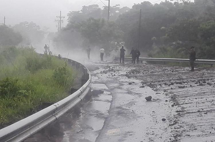 Según CONRED el lahar se desbordó por la zona de afectación.