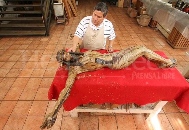 Restauración de la imagen del Cristo de los Reyes, una de las imágenes más antiguas del país y que se encuentra en la Catedral, procede del siglo XV. (Foto: Hemeroteca PL)