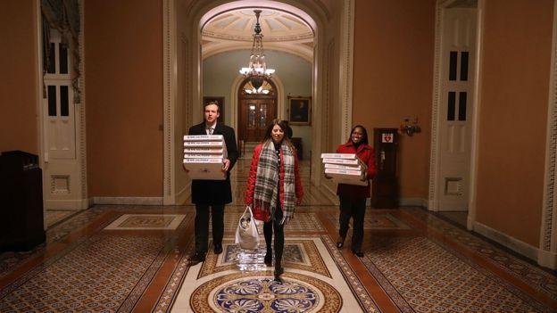 Anticipando una larga sesión, los senadores ordenaron varias cajas con pizzas. GETTY IMAGES