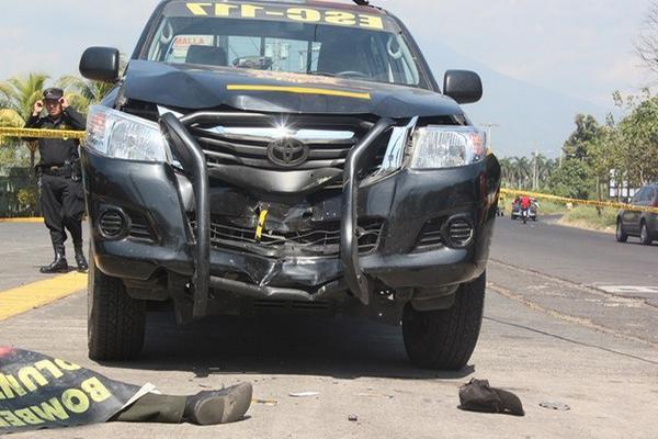 El cadáver del hombre quedó frente al autopatrulla, en Escuintla. (Foto Prensa Libre: Melvin Sandoval)