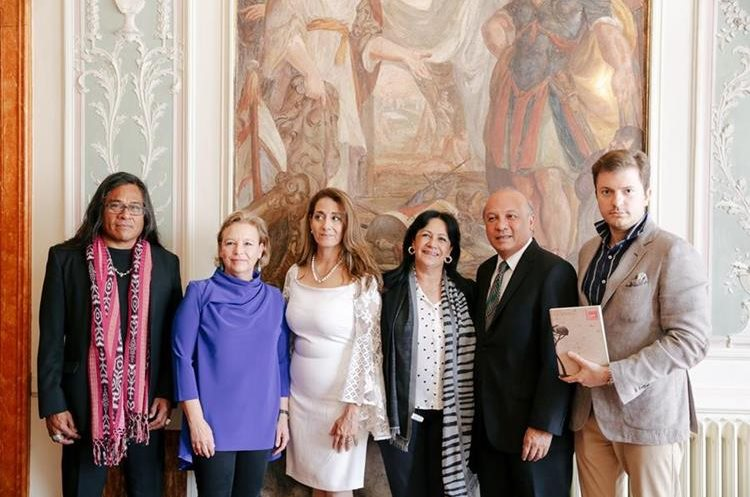 Los artistas guatemaltecos presentaron diferentes obras, que serán mostradas en la Bienal (Foto Prensa Libre: Cortesía).