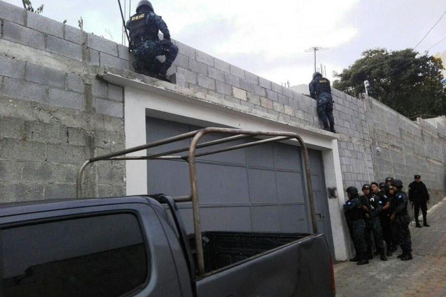 La Policía Nacional Civil allana varios inmuebles en busca de señalados por corrupción. (Foto Prensa Libre: PNC)