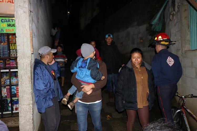Autoridades y socoristas evacúan a varias familias en Sacatepéquez por prevención. Foto Prensa Libre: Renato Melgar.