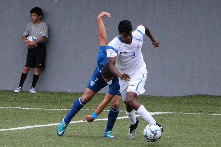 Jason Ingram (derecha) y Esteban García, luchan por la posesión del balón. (Foto Prensa Libre: Adán de Gracia)