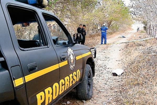 Fiscales del MP acordonan el área donde fue hallado el cadáver de un hombre, en la aldea Las Anonas, El Jícaro, El Progreso. (Foto Prensa Libre: Héctor Contreras)