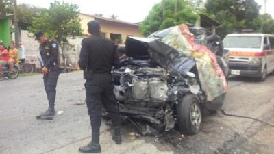 La cabina del picop quedó destruida luego de colisionar contra el autobús en Los Amates, Izabal. (Foto Prensa Libre: CVB)