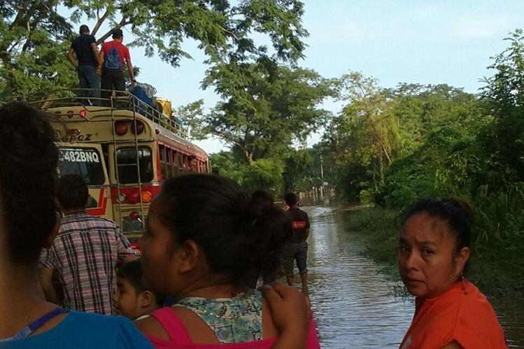 Carretera queda anegada en Champerico, Retalhuleu, por desborde de río Granada. (Foto Prensa Libre: Rolando Miranda)