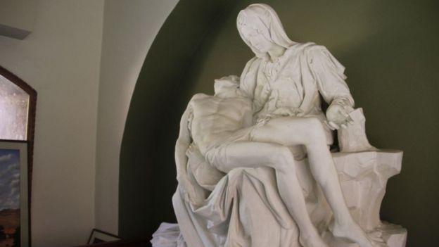 La Piedad blanca, hecha de yeso, pesaba demasiado para colocarla en el domo de la capilla y fue necesario hacer una copia de ella. PAUL PALAO