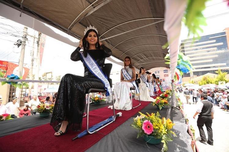 El tradicional desfile de carrozas con las reinas nacionales e internacionales recorrió calles y avenidas de Xela; hoy, los quetzaltecos desipieron Xelafer 2018. (Foto Prensa Libre: Mynor Toc)