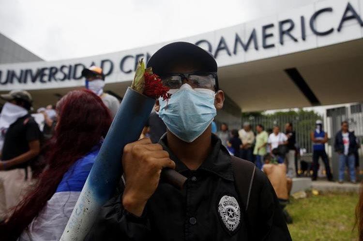 Universitarios participan en un plantón frente a la Universidad Centroaméricana para exigir al gobierno de Ortega que se entregue el 6 por ciento del presupuesto nacional a las universidades. (EFE)