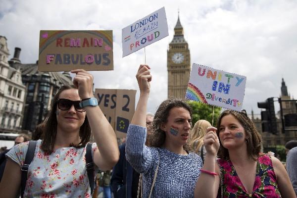 Manifestantes protestan contra el resultado del brexit en el centro de Londres.(foto Prensa Libre:AFP).