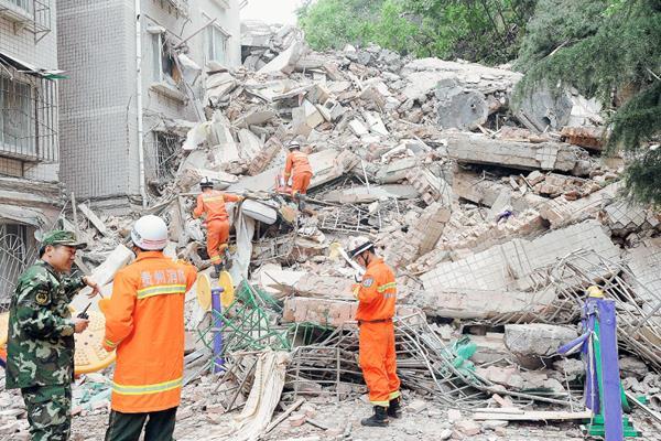 Rescatistas trabajan  en busca de víctimas.(Foto Prensa Libre:AFP