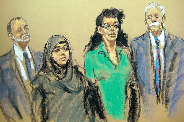 Ilustración de Noelle Velentzas, centro, izquierda y Asia Siddiqui, centro derecha, durante su comparecencia ante un juez federal. (AP).