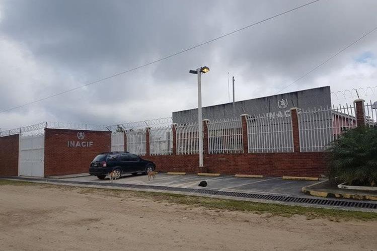 Los cadáveres fueron trasladados a la morgue del Inacif en Poptún. (Foto Prensa Libre: Rigoberto Escobar).
