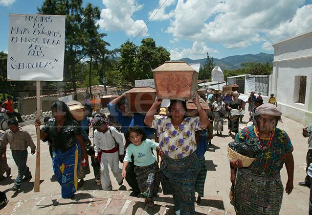 Habitantes de Rabinal, Baja Verapaz continuaron con el entierro de sus familiares, víctimas de la represión estatal en los años 80. (Foto: Hemeroteca PL)
