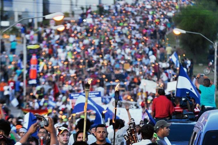 Manifestantes exigen la renuncia del presidente Juan Orlando Hernández en las calles de Tegucigalpa, Honduras. (Foto Prensa Libre: AP).