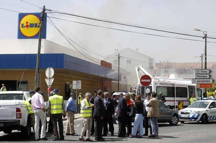 Cuatro ocupantes de una avioneta y una persona en tierra murieron al estrellarse la nave en Tires, a unos 25 kilómetros de Lisboa, Portugal. (Foto Prensa Libre:Internet)
