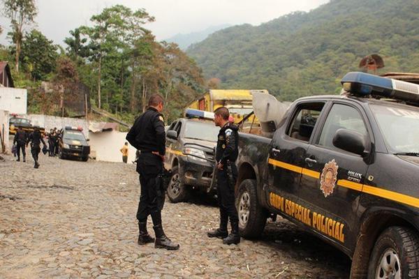 """<p>Agentes de la Policía Nacional Civil permanecen en el lugar donde ocurrieron los disturbios, en San Pablo, San Marcos. (Foto Prensa Libre) <br _mce_bogus=""""1""""></p>"""