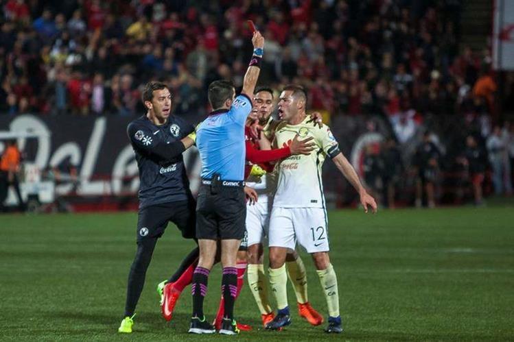 Pablo Aguilar perdió la cordura durante un partido e increpó bruscamente al árbitro. Estará fuera por diez partidos. (Foto Prensa Libre: Agustín Reyes)
