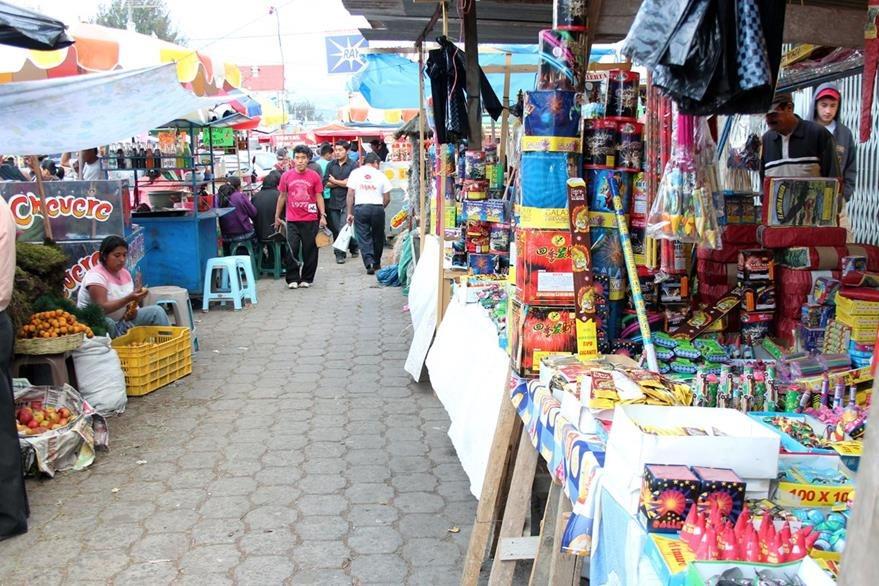 Algunas ventas de pirotecnia en Xela son atendidas por menores, aseguran socorristas. (Foto Prensa Libre: Carlos Ventura)
