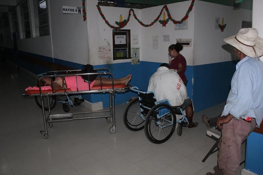 Los heridos del camión y el microbús fueron trasladados al hospital. (Foto Prensa Libre: Óscar González)