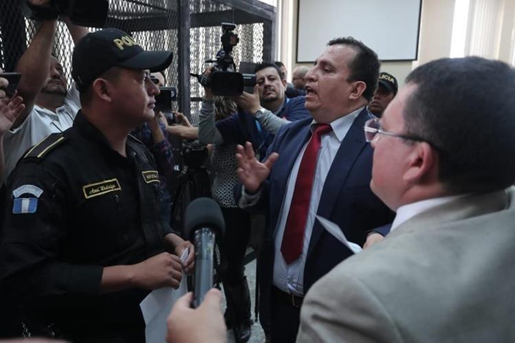 Abogado Mario Menéndez Martínez habla con policías captores. (Foto Prensa Libre: uan Diego González)