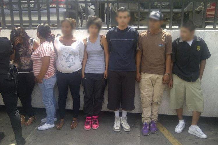 Los menores de edad que fueron capturados por la Policía cuanto portaban armas fuera de la Torre de Tribunales. (Foto Prensa Libre: PNC)