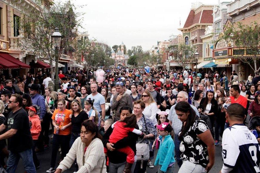 Millones de asistentes abarrotaron el primer día. (Foto Prensa Libre: EFE)