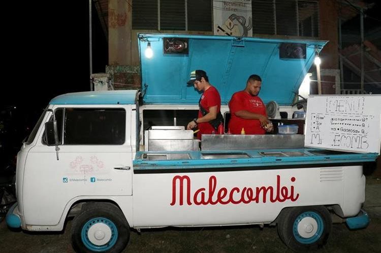 En Puerto Barrios, Izabal, puede encontrar a la Malecombi que ofrece comida rápida para cada gusto. (Foto Prensa Libre: Dony Stewart).