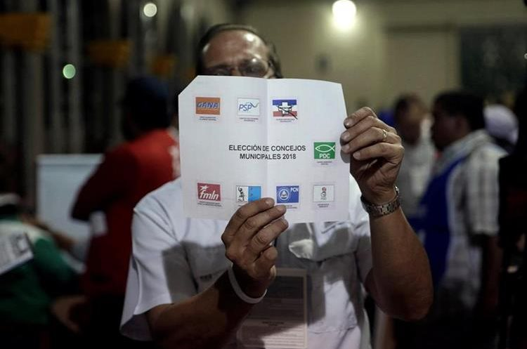 Un representante de junta receptora de votos participa en conteo de votos tras el cierre de la jornada electoral. (EFE).