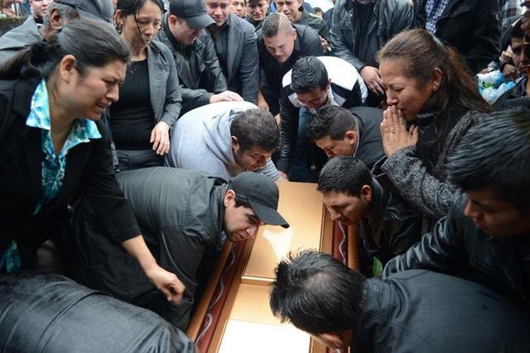 Familiares y vecinos dan el último adiós a Juan Fernando Martínez. (Foto HemerotecaPL).