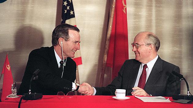 (Foto de referencia) Los expresidentes Bush -izq.- y Gorbachov (der.) durante una reunión cuando fueron mandatarios. (Foto: Hemeroteca PL)