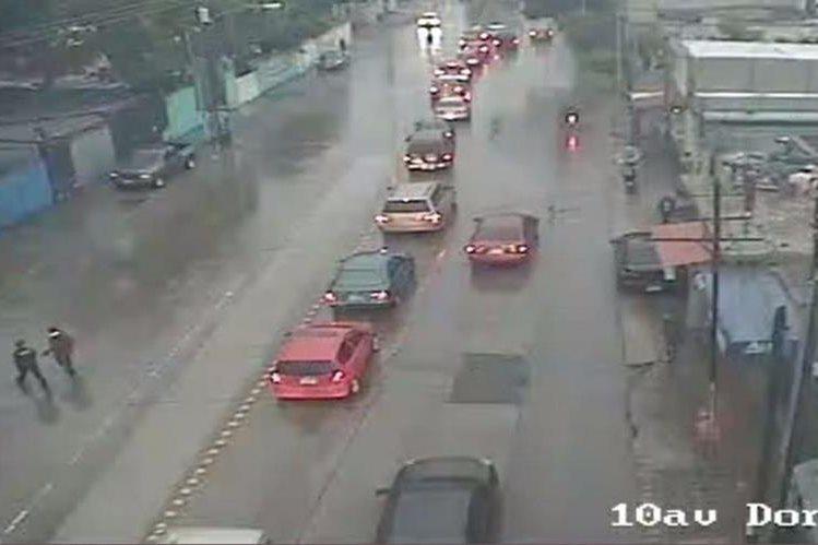En varios puntos de la zona 7 y otros sectores de la capital se reportaron fuertes lluvias y complicaciones en el tránsito. (Foto Prensa Libre: Emixtra)