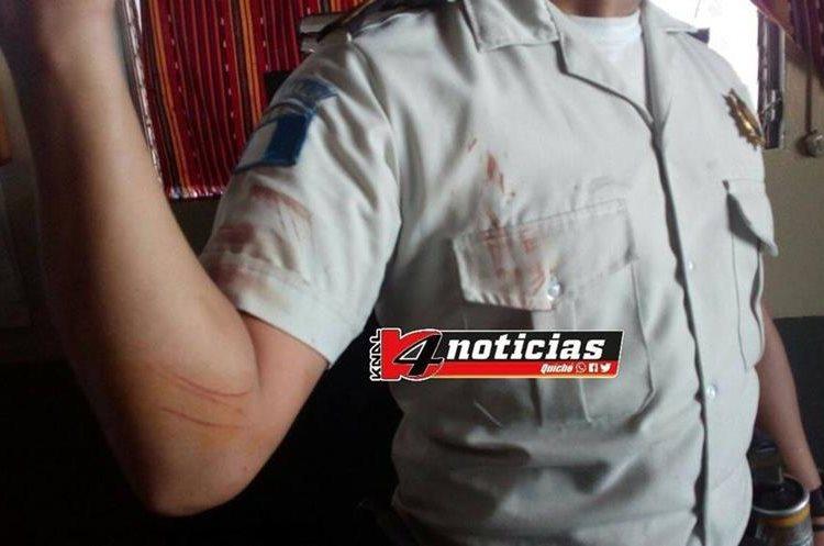 Los agentes se enfrentaron con varios hombres que no permitieron que se registrara un camión. (Foto Prensa Libre: Cortesía Knal 4)