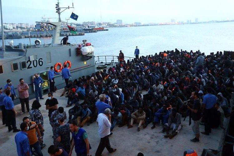 Miles de desplazados han sido rescatados por la Marina en costas libias. (Foto Prensa Libre: AFP)