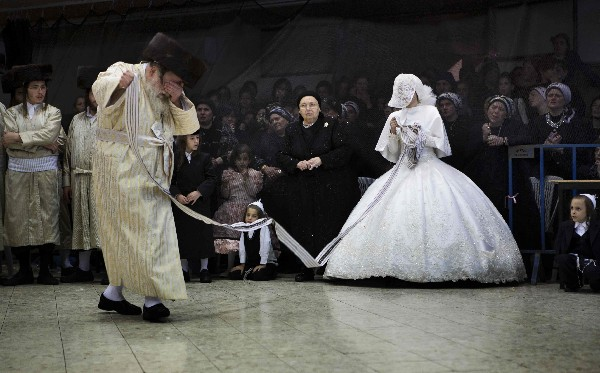 La novia judía baila con su abuelo, rabino del grupo judío ultraortodoxo. (AFP).