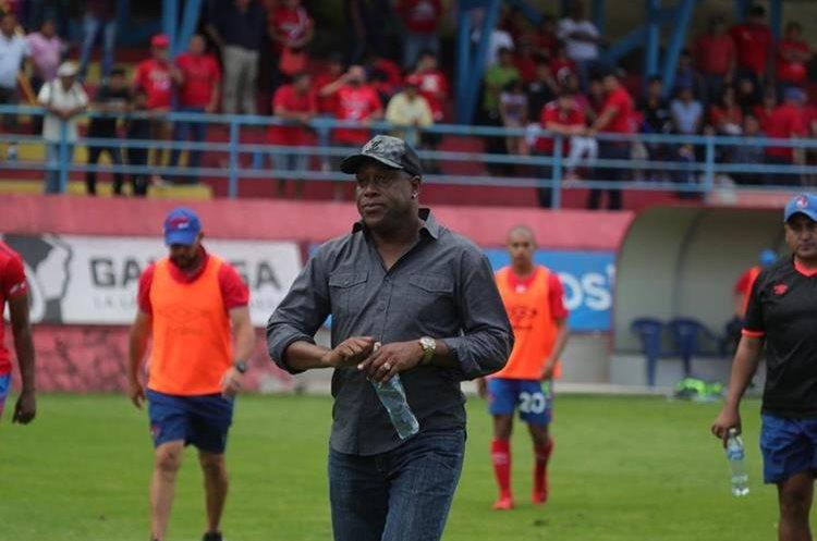 El técnico costarricense Hernán Medford salió molesto. (Foto Prensa Libre: Óscar Rivas)