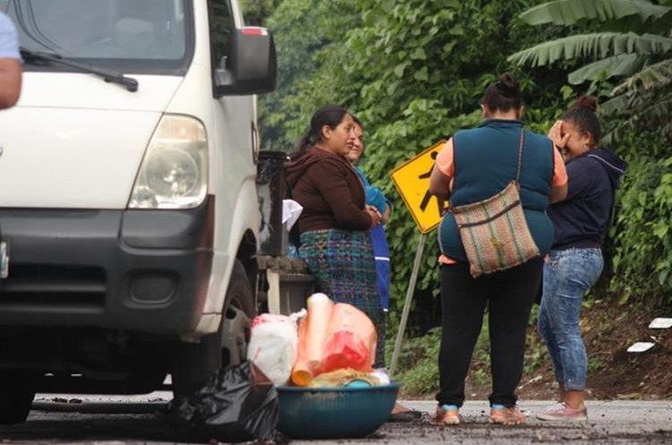 Personas han llevado alimentos para las personas que realizan las labores de rescate. (Foto Prensa Libre: Hemeroteca PL)