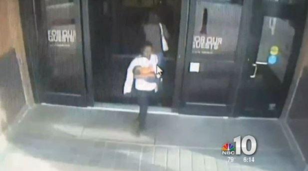 Las cámaras de seguridad captan el momento en que Moore salió con el bebé el centro comercial. (Foto: NBC Philadelphia).