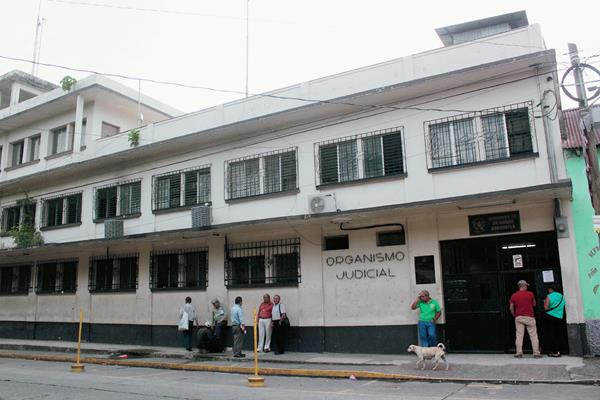 El agente de la PNC capturado fue trasladado a la sede del Organismo Judicial de Escuintla. (Foto Prensa Libre: Melvin Sandoval)