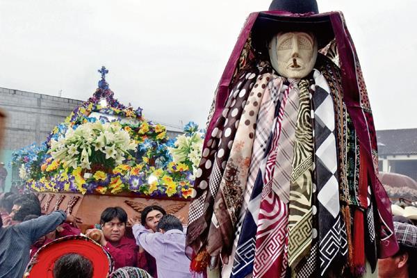 El Rilaj Mam acompaña la procesión de Cristo Sepultado en la plaza central de Santiago Atitlán. (Foto Prensa Libre: Ángel Elías)