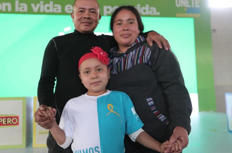 José Gregorio Velásquez y su esposa María Vielman, junto a su hija Ana Velásquez, quien está en tratamiento. (Foto Prensa Libre: Juan Diego González).