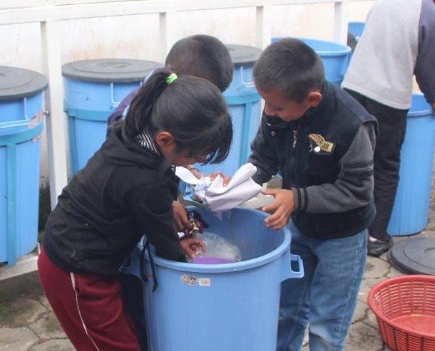 Los estudiantes clasifican los desechos que se pueden reutilizar. (Foto Prensa Libre: Ángel Julajuj)