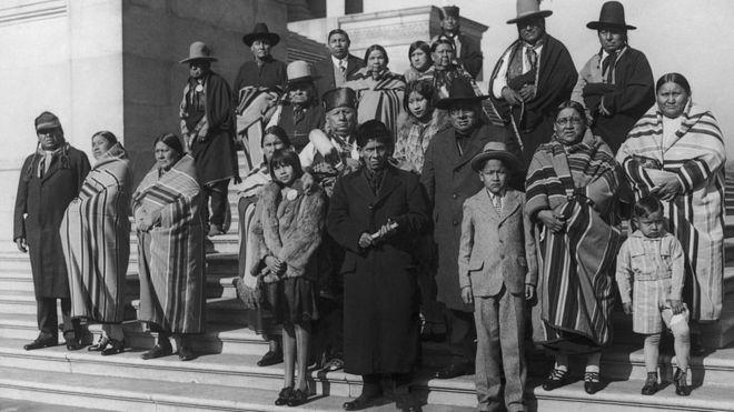 Miembros de la nación osage en Washington durante una visita al Capitolio en 1925 para exponer las condiciones de las naciones indígenas en Oklahoma. GETTY IMAGES