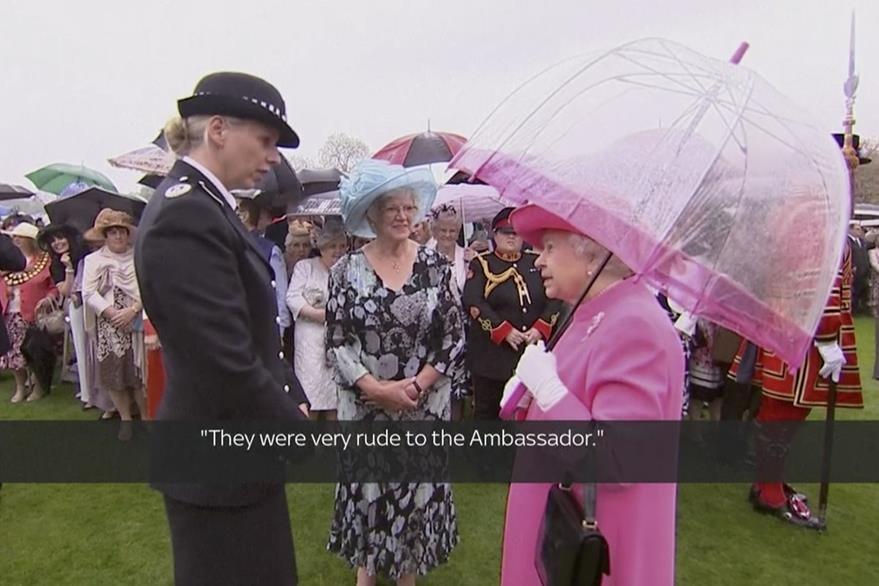 El insólito comentario de la soberana se produjo durante una conversación con una oficial de la policía londinense. (Foto Prensa Libre: AP).